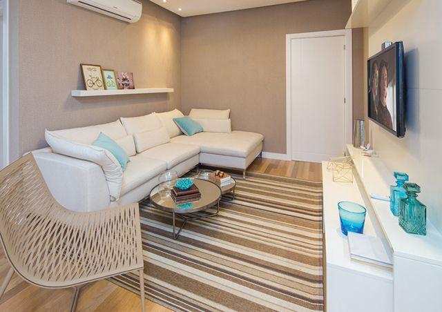 Apartamento decorado em bege e turquesa com cozinha americana