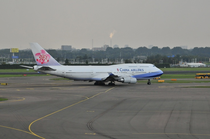 China Airlines Boeing 747 going to runway @ Schiphol Airport