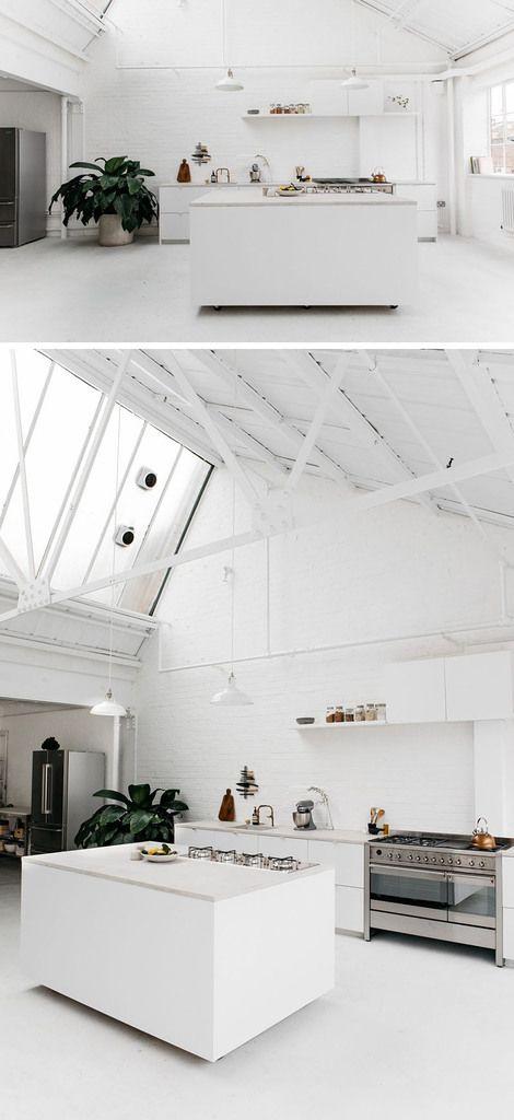 А в этом кухонном острове колеса прикрыты боковыми стенками, чтобы не нарушать общий стиль кухни в стиле минимализм.  (кухня,дизайн кухни,интерьер кухни,кухонная мебель,мебель для кухни,индустриальный,лофт,винтаж,стиль лофт,индустриальный стиль,современный,интерьер,дизайн интерьера,мебель,минимализм) .