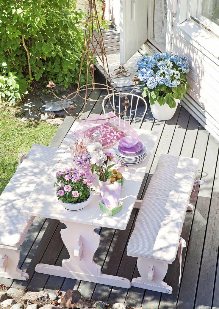 Tuunaa, nikkaroi ja kierrätä ihana terassi. Materiaaliksi käyvät eurolavat, pirttiryhmä, tyylipöytä tai vanhat tiilet. Katso Unelmien Talo&Kodin ideat.