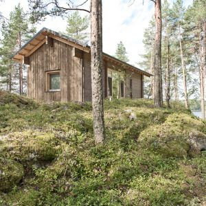 Lake+cabin+by+Sini+Kamppari+features+slatted+timber+walls+and+a+projecting+terrace