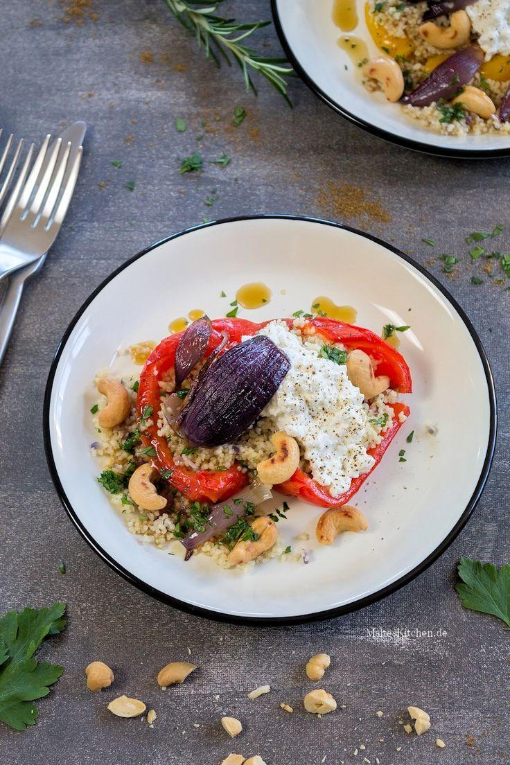 Geröstete Paprika, gefüllt mit Couscous, roter Zwiebel, Hüttenkäse & Cashewkernen. | malteskitchen.de