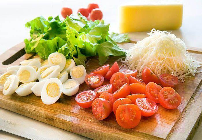 Салат с перепелиными яйцами и помидорами черри. . Как приготовить низкокалорийный и очень полезный салат из данных ингредиентов?