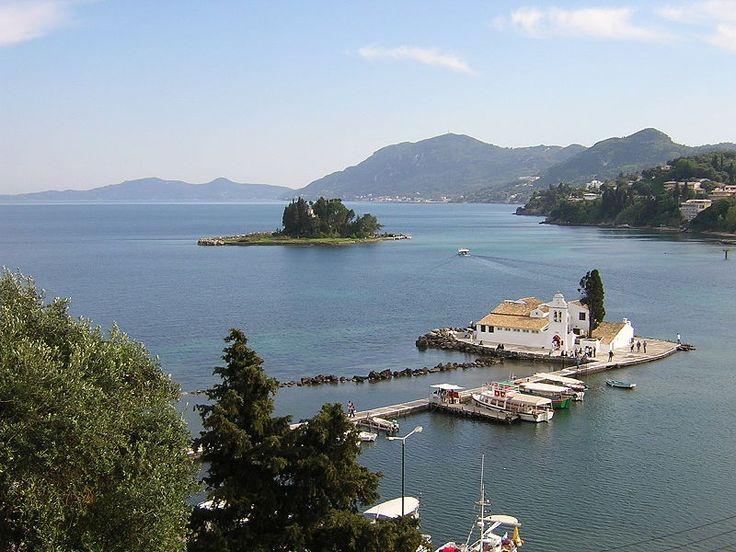 Antik tapınaklar, Roma villaları, Venedik apartmanları ve İngiliz tarzı kiliselerle sarayların yanı sıra Yunan mutfağının eşsiz tatlarını, serin deniz sularını ve kızgın kumsalları vaat ediyor Korfu Adası