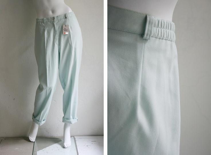 Klassisch schöne Bundfaltenhose in Mintgrün    Zwei Taschen vorn und Gürtelschlaufen für z.B. einen tollen roten Gürtel. Dann ein farbeiges Top dazu u