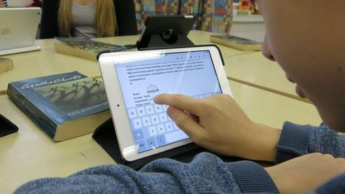 Moderni opintie tarkoittaa oppilaan mukana kulkevaa tablettitietokonetta, digitaalista kasviota, itse tehtyjä oppikirjoja ja muita opiskelumateriaaleja sekä vaikkapa videoiden tekoa. Sähköinen oppiminen mullistaa koulunkäynnin, uudistaa opetusta ja mikä parasta: tuo kouluun rutkasti lisää oppimis...