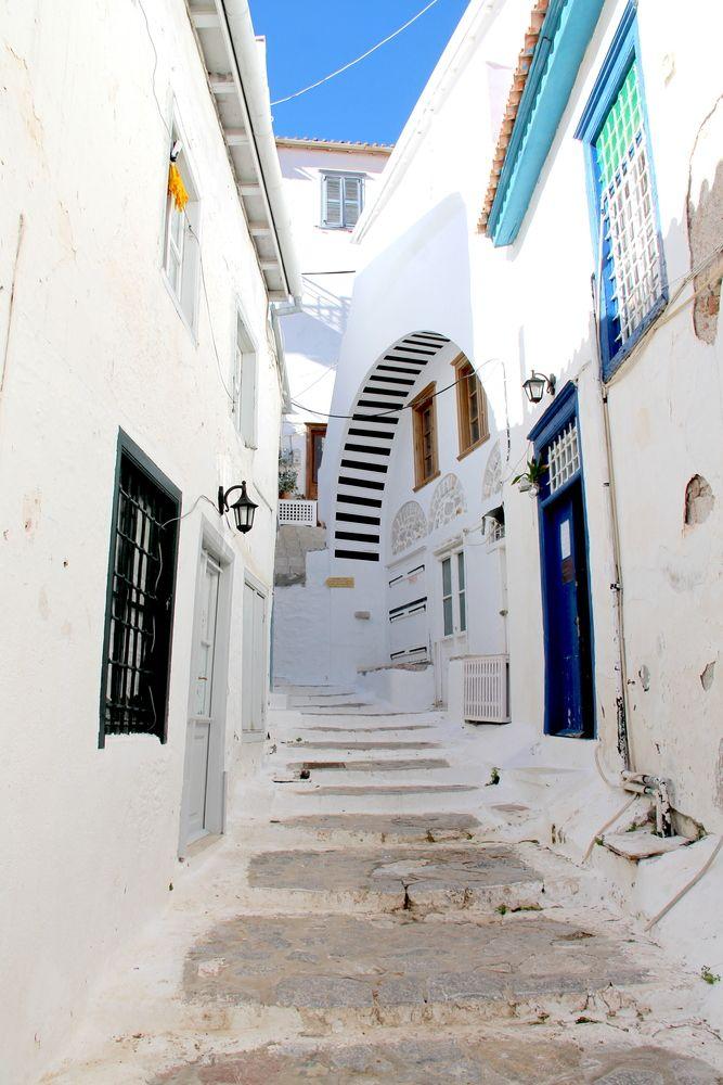 białe wąskie uliczki i kręte schody na wyspie