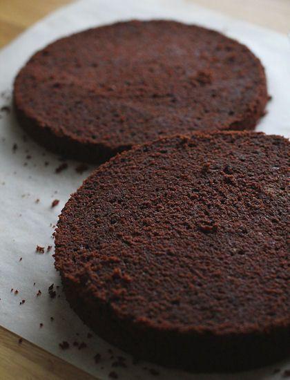 Tämän suklaakakkupohjan juuret ovat eräässä Nigellan suklaakakussa ja pienillä muutoksilla pohja on kulkenut mukana blogini alkumetre...