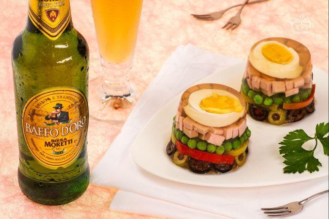L'aspic millecolori con gelatina alla birra è un piatto di grande effetto, fresco e nutriente, da servire come antipasto o come originale contorno in
