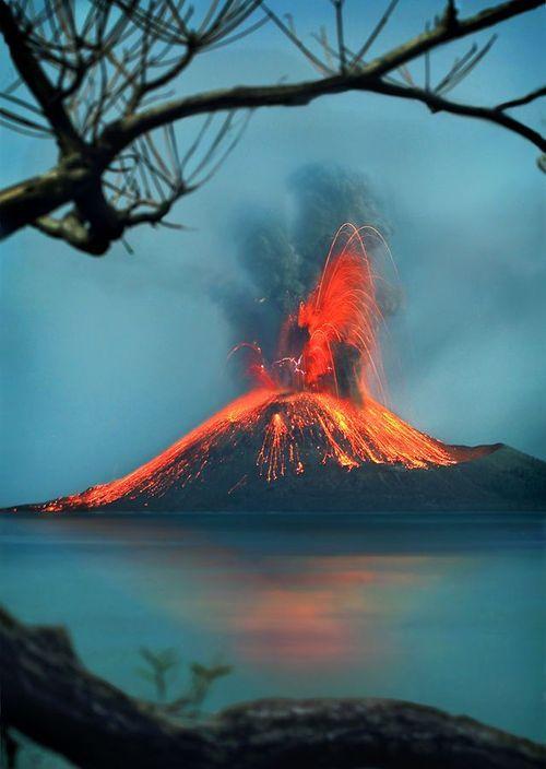 #Krakatoa o Krakatau, en el estrecho de Sunda, entre las islas de Java y Sumatra en Indonesia.