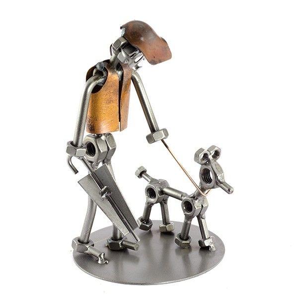 Cadeau beeldje, Hond uitlaten Product.nr.: t0017 Weer of geen weer de hond moet naar buiten. Afmeting 18x15x7 cm, Gewicht:0.39 kg.