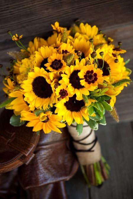 Bouquet de casamento. Eu posso imaginar um casamento com girassóis para uma tarde de verão ou início do outono.