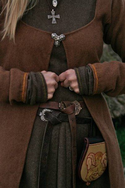 Love the wool color blends in this viking age female outfit. Sooo pretty! I'd LOVE to make the brown overdress! *siiiighs*