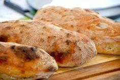 Opskrift på verdens mest sprøde ciabattabrød. Hemmeligheden er en rimelig tynd dej, der får lov at hæve i fem timer. Lækre og hjemmebagte ciabattabrød, der er utrolig nemme at bage. Opskriften give…