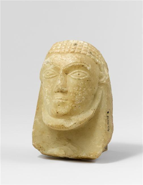 Masque d'un personnage masculin à la chevelure réticulée, Yémen,  période du Royaume de Saba (vers 800 av J-C.- vers 542)