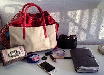 Make-up and Fashion Obsession: What's in my bag!