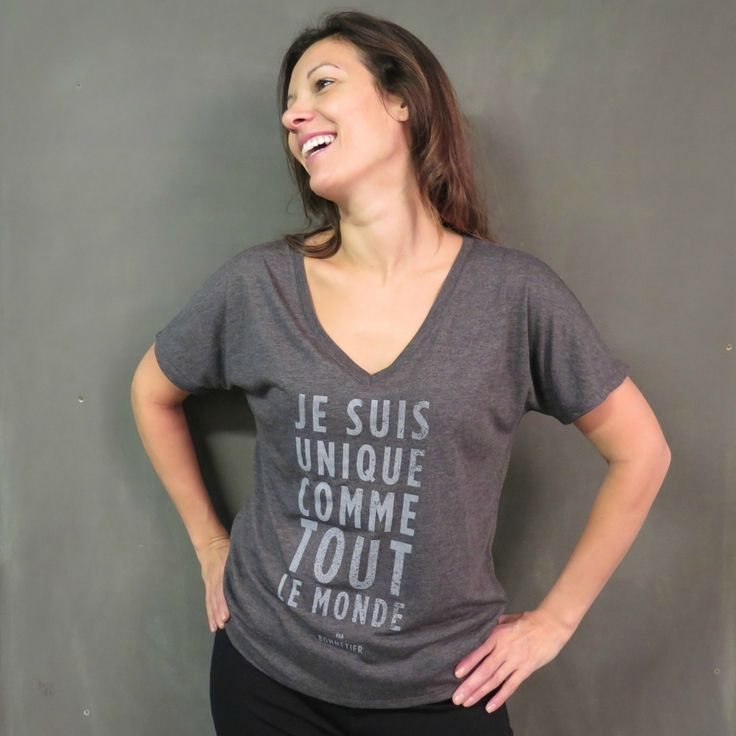 T-shirt pour femme «Je suis unique comme tout le monde» de l'artisan Le Bonnetier. Vous ne pourrez plus vous passer de ce chandail à coupe ample 65% polyester et 35% viscose.Confortable et passe-partout, il vous fera sortir du lot avec son imprimé spécial. Et oui, vous êtes unique…comme tout le monde!