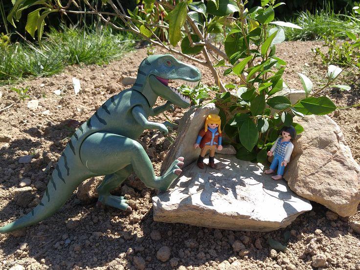 L'attaque du dinosaure Playmobil. Rassurez vous il est gentil.