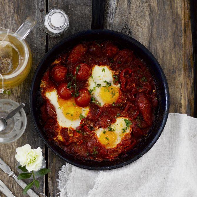 Shakshuka-pannu. Lähi-Idässä suosittua aamiaisruokaa voi muunnella oman maun mukaan; jättää makkarat pois, lisätä joukkoon papuja tai vihanneksia.