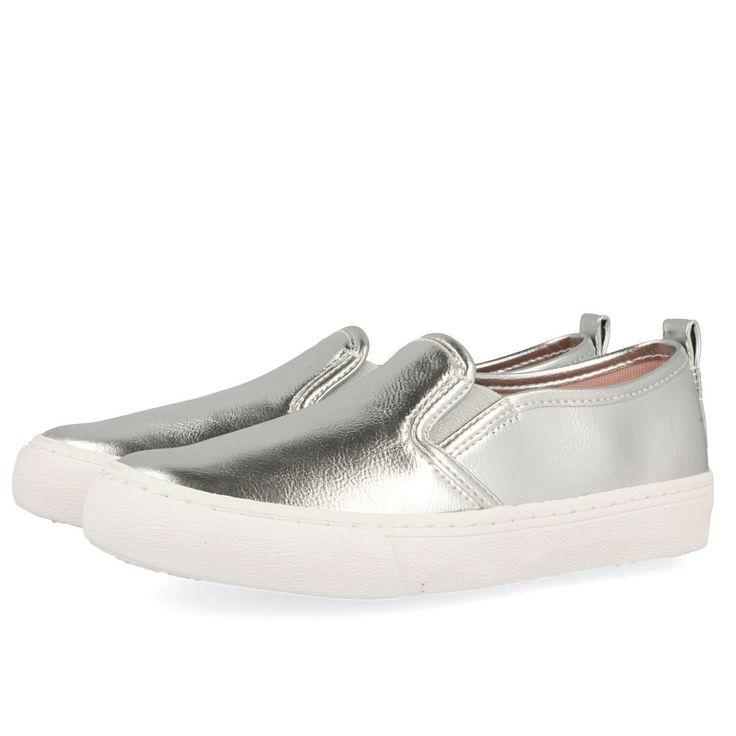 Zapatillas plateadas estilo slip on con detalle de suela blanca. Corte sintético y forro y plantilla textiles.