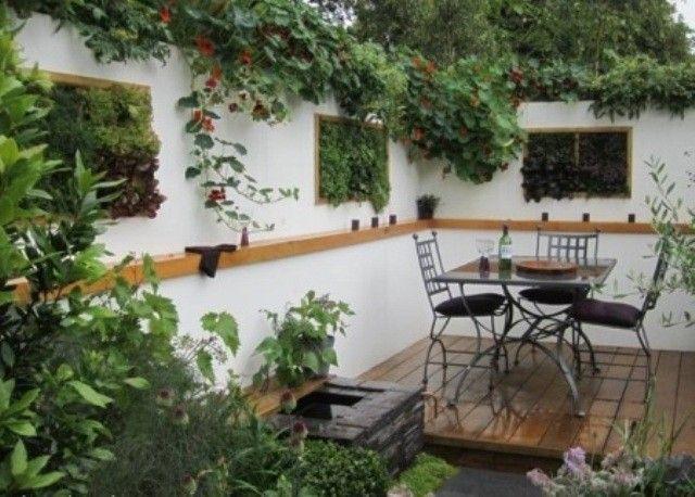A magyar kertben vagy udvarban is előszeretettel használják a növénydekorációkat, falakra akasztott virágtartók, felfuttatott növények, cserepes virágok és szabadontermő gyomnövények formájában is :)