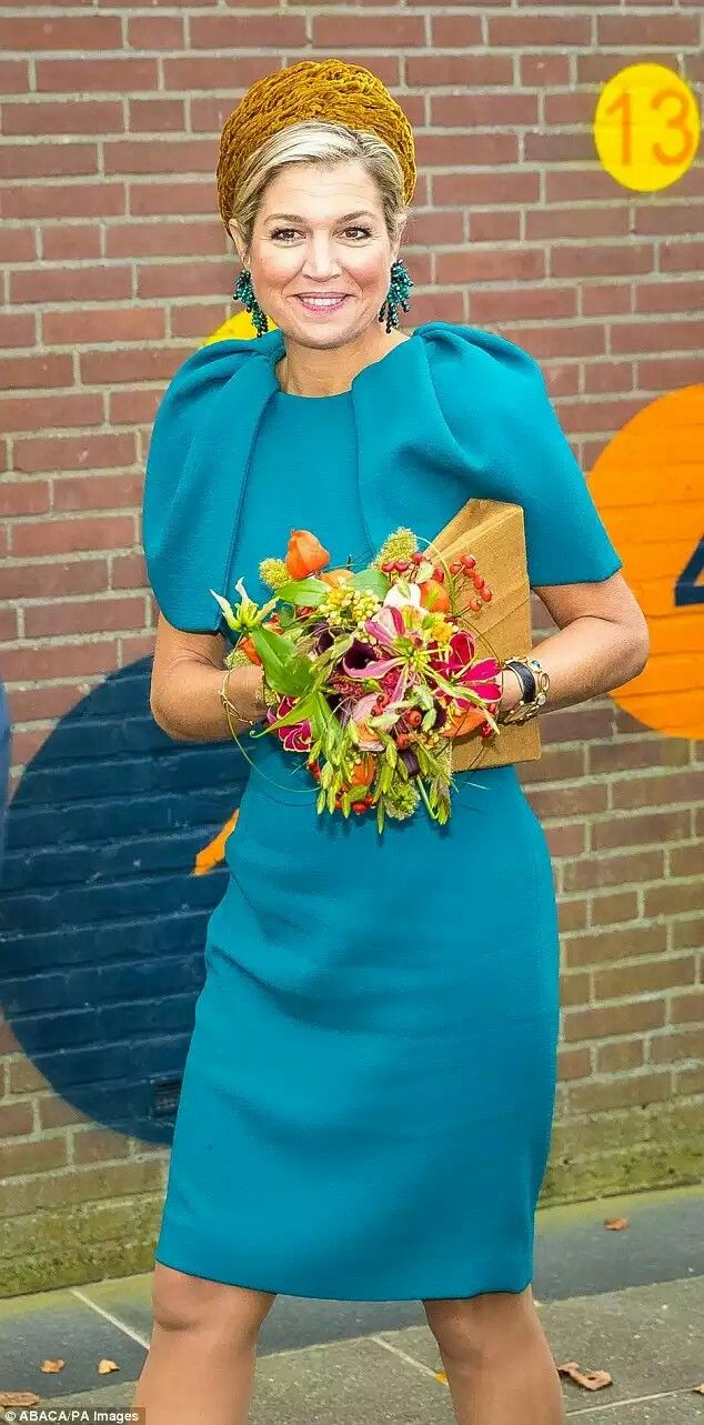 Maxija visits the Almelo region of The Netherlands, clutching a bouquet bof flowers given her, 27-10-16