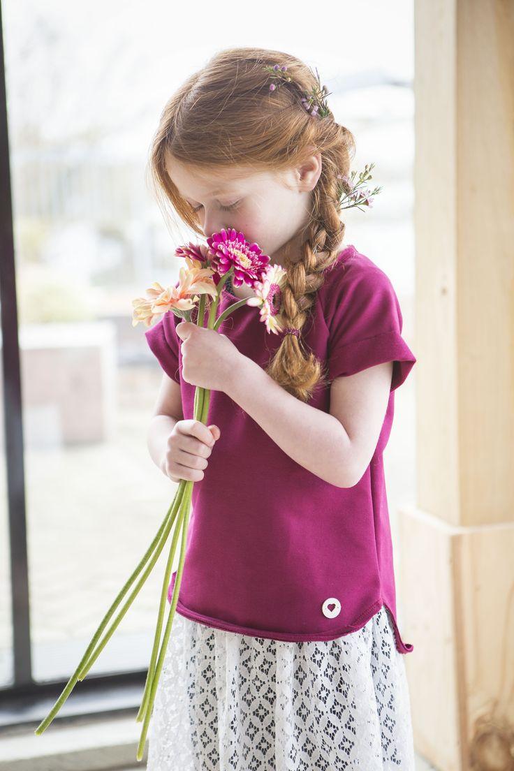 Ruik de lente!  Kanten rokje van Gingerchickies met basic t-shirt cyclaam.  #gingermoments #rokjekant #basictshirt #kindermode #gingermodel #gingerkid