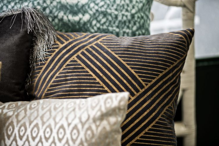 UTOPIA   EIGHTMOOD   Metropolitan Velvet Cushion   Ovalette Cushion