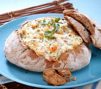 1 pão de centeio redondo2 Cebolas250 g de miolo de camarão100 g de bacon picado100 g de queijo ralado2 dl de maionese2 c. (de sopa) de coentros picadossal q.b.pimenta q.b.alho em pó q.b. Corte o topo do pão formando uma tampa. Retire o miolo sem furar a côdea e corte-o em cubos. 2-... #entradas