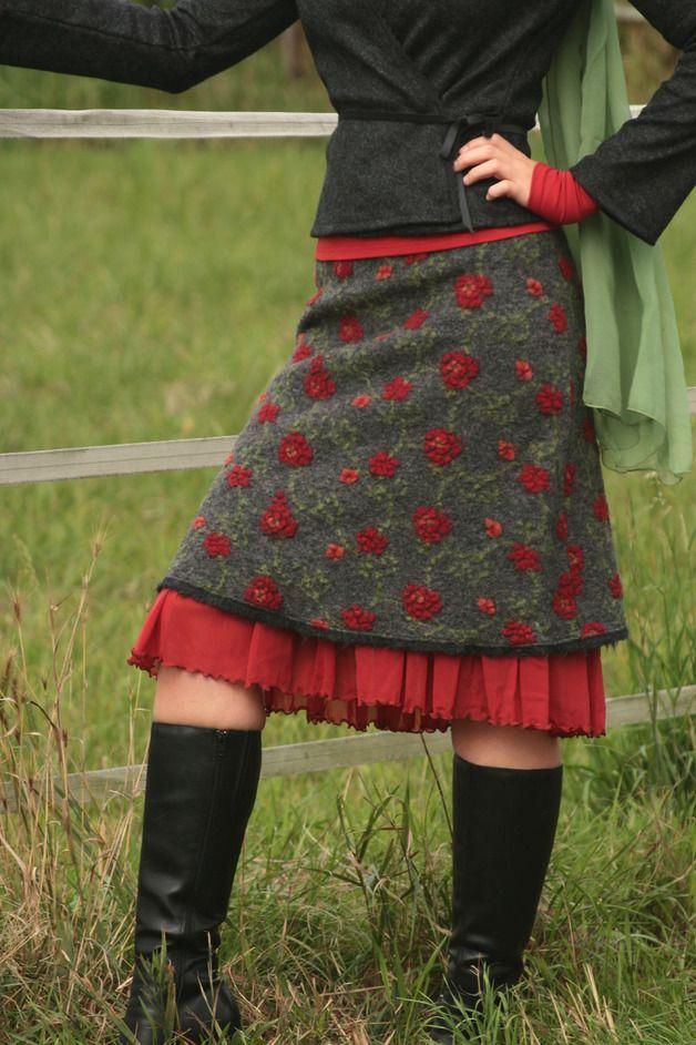 Femininer Figurschmeichler - der perfekte Winterrock für eine schöne Silhouette!  Besonderheiten:  - tolle kuschelige Wollqualität - äußerst robust, natürlich wärmend und bringt Dich trotzdem...
