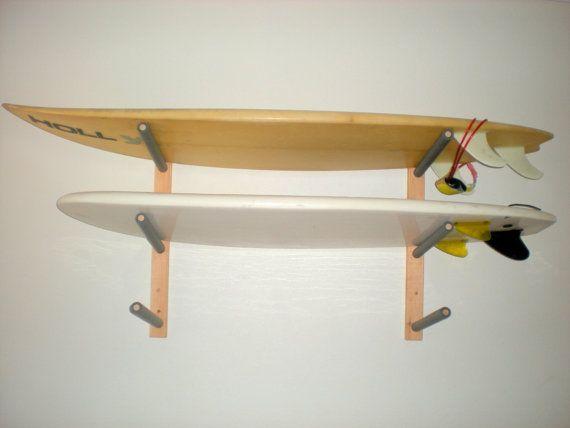 Almacenar hasta 3 de tus tablas de surf o wakeboard en estilo con este rack de pared atractivo. Este estante es artesanal con bordes de enrutado y acolchada armas. Deje de tirar su placa en la esquina donde conseguirá paliza. Las tablas del estante y guardar los cambios le gusta!  Características: -Sólida construcción. Puede sostener hasta 100 libras -16 los brazos son abedul sólido 3/4 pulgadas de espesor con espuma acolchado para proteger las tablas -Brazos en ángulo de 15 grados -Enruta…