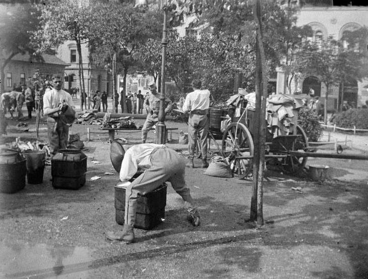 1914. Mátyás tér, katonák főznek a téren, júl.19. (André Kertész)