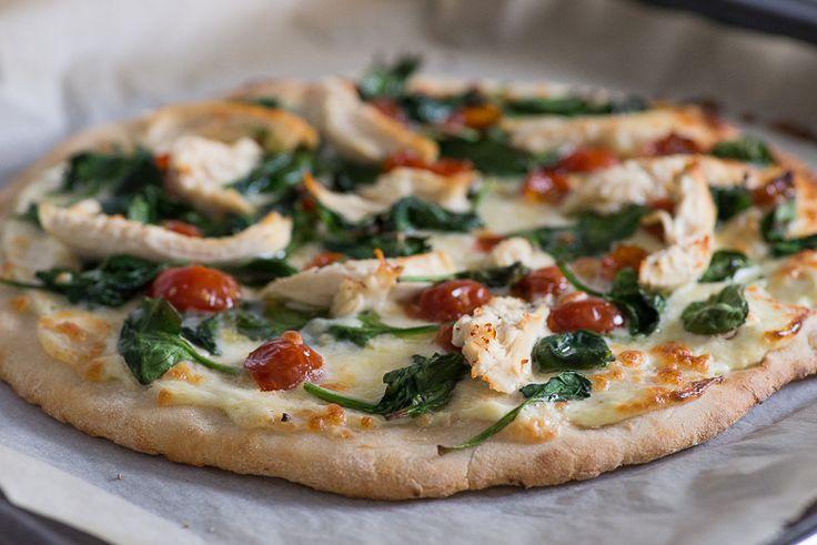 It's pizzatime! Vandaag gaan we aan de slag met een iets minder standaard pizzarecept. We maken namelijk een witte pizza met kip en spinazie. Jum!