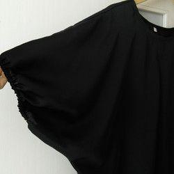 「 商品説明 」・サイズ・・・Lサイズ(ゆったりめ)・カラー・・・ブラック・素材・・・シルキージョウゼット・ポリエステル100%◇ゆったりとした袖幅と身幅になっています。◇前身頃プリーツ入りです。◇袖口8ミリのゴムを入れてふんわりとしたシルエットです。◇パンツにもスカートにもコーディネートしやすいかと思います。・・・・縫い代の始末・・・・◇脇と肩 ・・・袋縫い◇袖口・・・三折り(ゴム入り8mm)◇ネック・・・バイアス始末※商品は全て製作前に水通しかねて洗いにかけていますが念のため別洗いをお勧めします。※お洗濯は手洗いをお勧めいたします。 「サイズ」  *着丈 64cm *胸囲 72cm*袖口 35cm(一周)*ネック68cm(一周)*ネック~袖口まで40cm *裾幅 64cm                                     ※素人採寸ですので多少の誤差はお許し下さい。● 気持ち良いお取引のために必ずお読みください ●※基本的にノークレーム・ノーリターンでお願い致します。 …