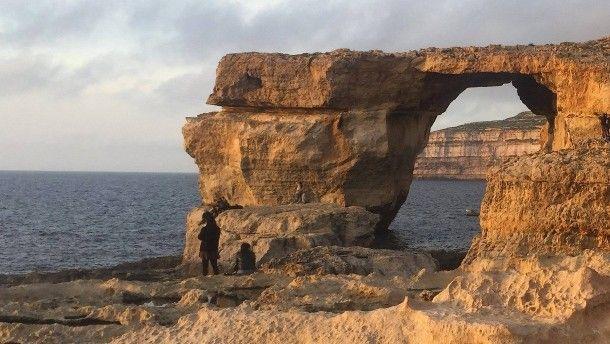 """Bei Touristen war es beliebt, kürzlich fungierte es als Kulisse in """"Game of Thrones"""". Jetzt ist das Felsentor """"Azure Window"""" auf Malta nach heftigen Winden eingestürzt."""