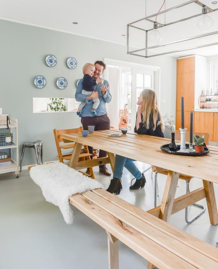Hilde (30, docent Nederlands) woont met Dirk (35, projectmanager en eigen interieurbedrijf) en hun zoon Ingmar in een jaren dertig huis in Velddriel. Ze hebben een woonoppervlakte van 200 vierkante meter en kochten het huis 3,5 jaar geleden. Hilde: 'Toen we dit huis, een voormalige boerderij, binnenstapten wist ik dat ik hier wilde wonen. De …