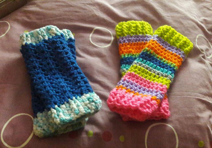 Calentadores para Sara y Natalia hechos a crochet.