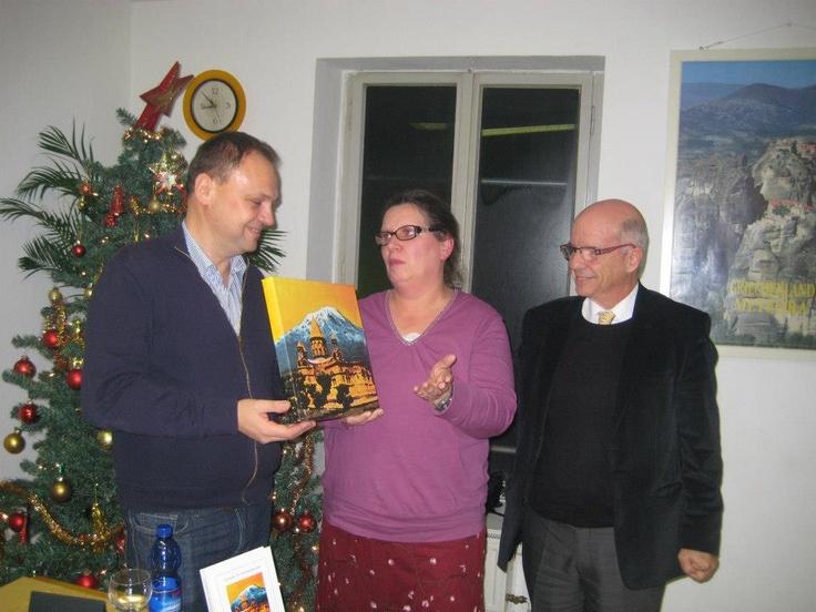 Das Original Coverbild vom Buch wird an die Gewinnerin der Verlosung von der Frankfurter Buchmesse vom Verleger Sewastos Sampsounis in Gegenwart des Autors Botschafter L. Chrysanthopoulos übergeben.