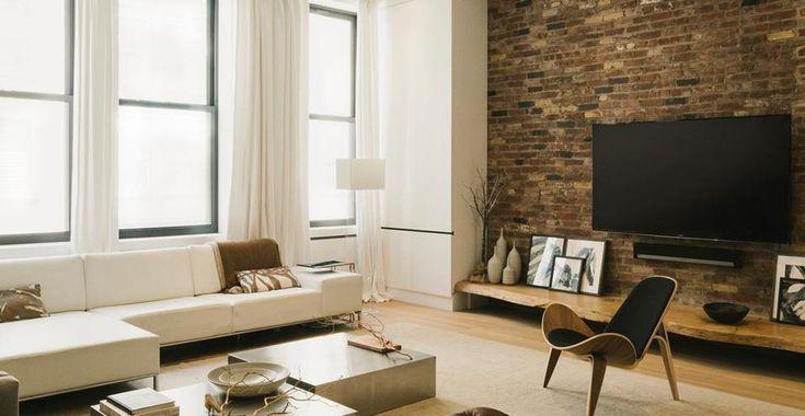 Loft nel Greenwich Village. A New York nel Greenwich Village Studio Raad ha ristrutturato un appartamento di oltre 200 mq per una famiglia con due figli, con un intervento elegante e sofisticato, sfruttando in modo molto efficiente lo spazio. Nel living, davanti alla parete in mattoni, un classico di design, una poltrona Shell di Carl Hansen & Søn, design Hans J Wegner.