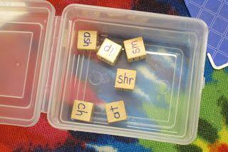 Neem 3 houten blokjes en schrijf op twee blokjes verschillende clusters (sch/nk/kl/str etc), en schrijf op het derde allerlei klinkers (aa/ei/ie/o/oo etc). Laat de kinderen 'dobbelen' en kijken of er een woord te maken valt. De goede woorden schrijven ze op!