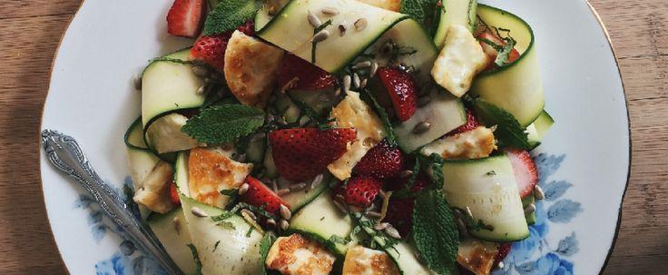 Salade de rubans de courgettes à la menthe, aux graines de tournesol, aux fraises et au Doré-mi grillé