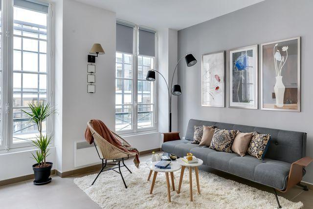 Peindre un mur en gris taupe pour dynamiser le salon.