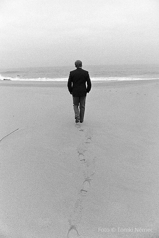 Portugalsko, prosinec 1990 - poblíž Cabo da Roca - V. Havel se prochází po nejzápadnějším místě Evropského kontinentu