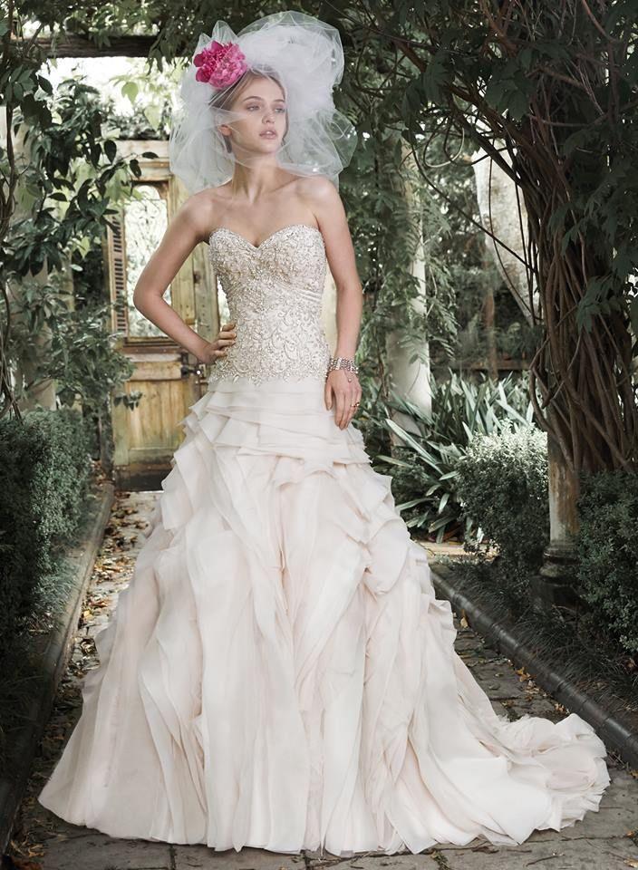 Romantický a zároveň moderný model Tiffany je už k dispozícii na skúšanie. V ponuke v krémovej farbe. Veľkosť 36-38.