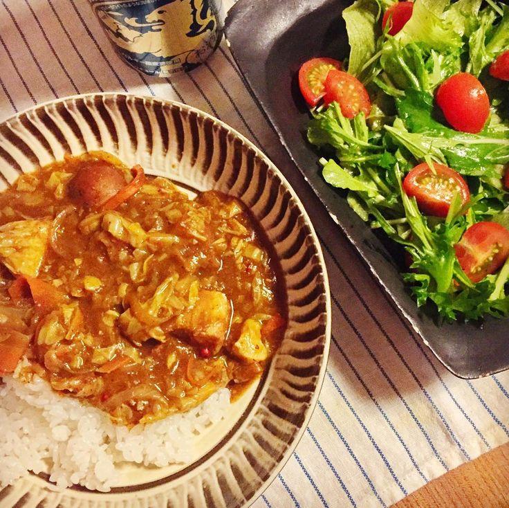 妻外食につきさっくり自炊キャベツと豚肉のカレールッコラとトマトのサラダ #家メシ道場 #俺のターン ちなみにわが家のカレーはいつもコスモ直火焼フレーク by chibama