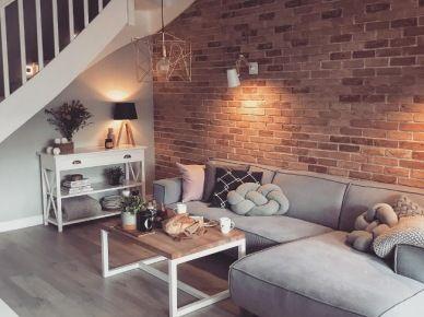 Czerwone cegły i szara sofa w salonie (52345)