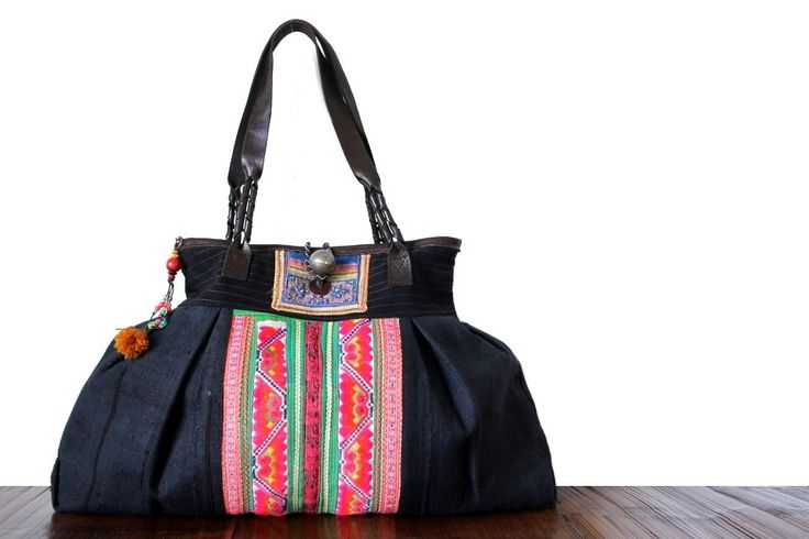 Ce sublime sac à main ethnique ancien est une véritable œuvre d'art et d'artisanat. Sélectionné pour