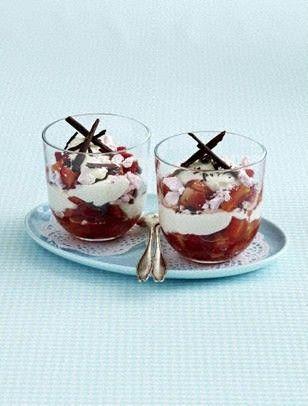 Erdbeer-Baiser-Becher mit Schokosplittern