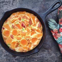 Een Spaanse omelet met zoete aardappel en paprika, echt heel lekker en makkelijk om te maken. Recept staat op Cookingdom.nl via bron