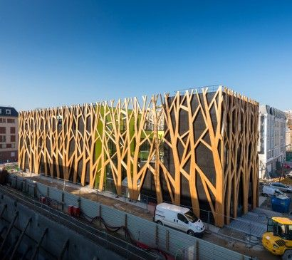 Le nouveau centre culturel de Chaville est enveloppé des grands arbres stylisés en mélèze.